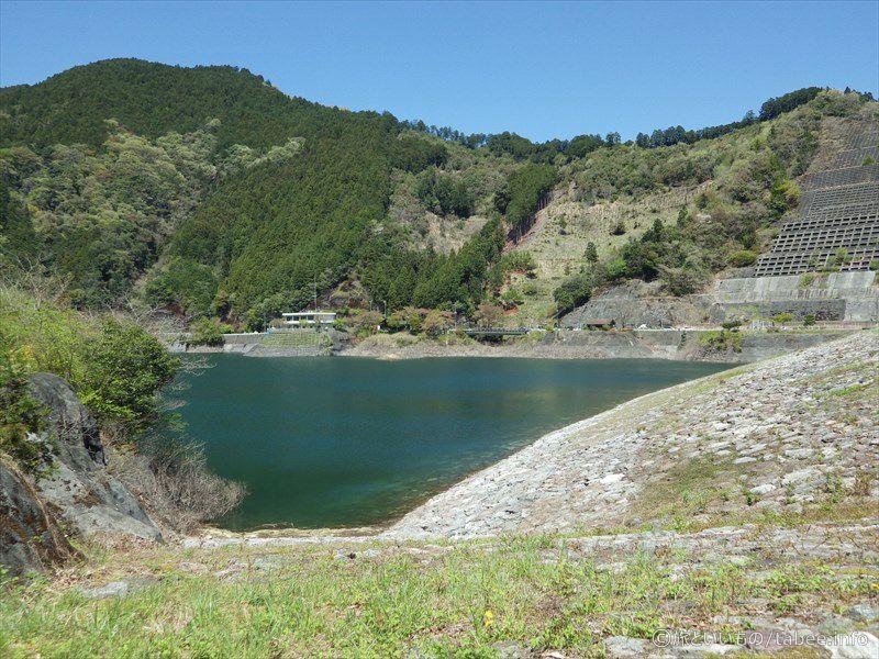 堤体と湖面と管理事務所