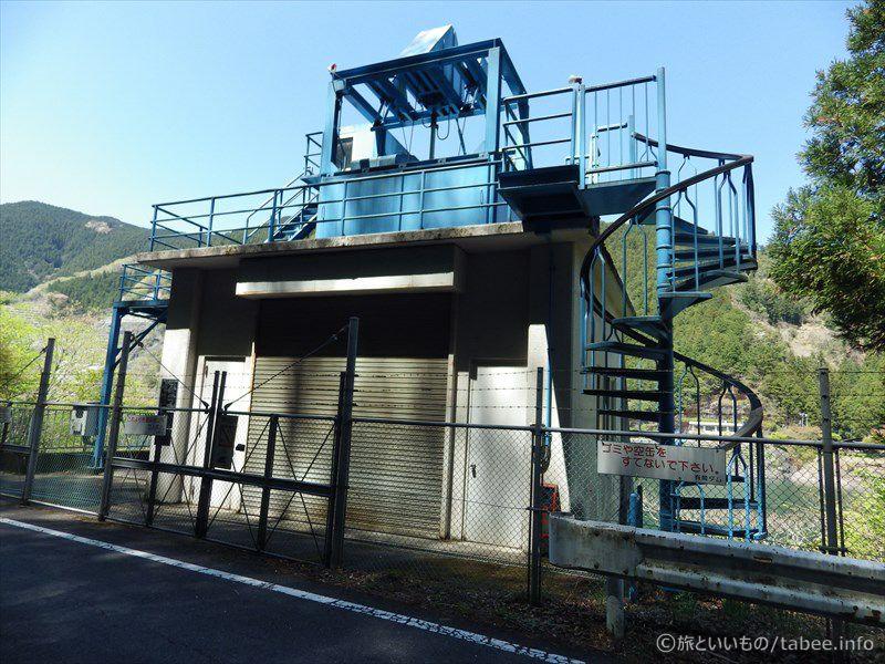 選択取水ゲートと何かを揚げる設備のある建物