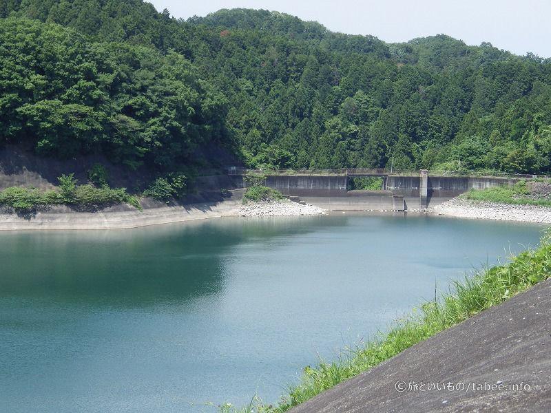 ダムの左岸には洪水吐き