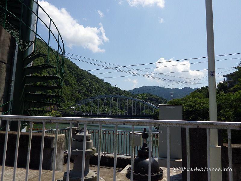 ダムから相模湖大橋を眺める