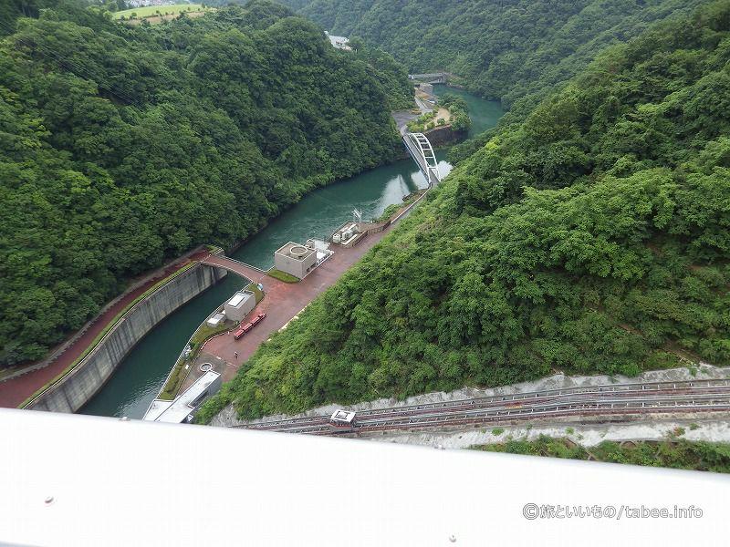 奥に見えるのは副ダムの石小屋ダム