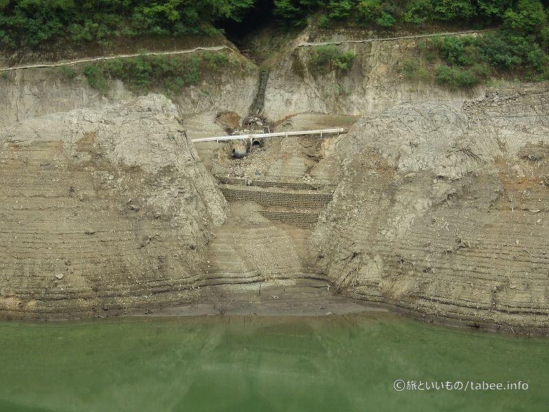ダム建設時に作られた道路のように見えます。