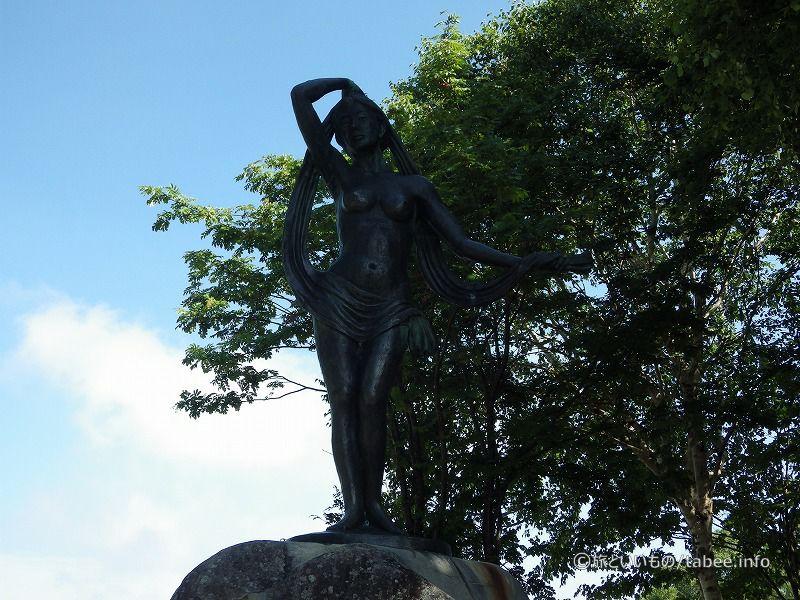 女神湖の像