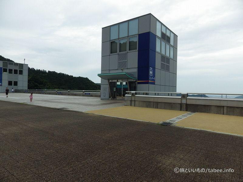 ダムの上には展望台とエレベーターがあります。
