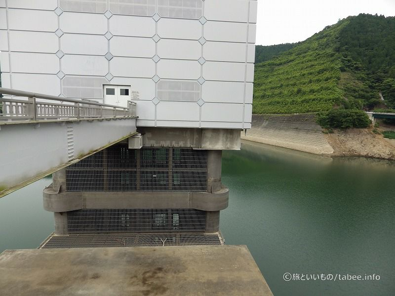 洪水調節、河川流量の調節、水道水の貯水、発電が目的