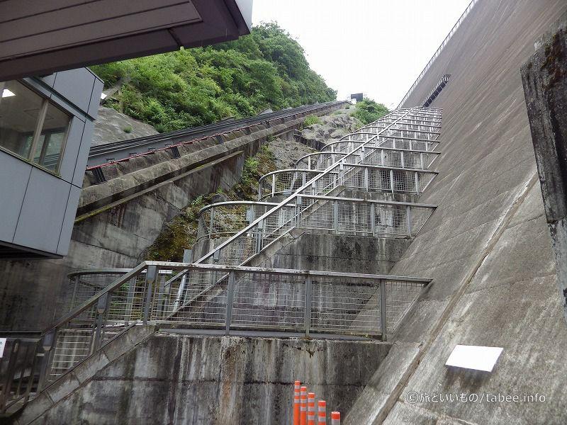 インクラインのレールと目まい階段
