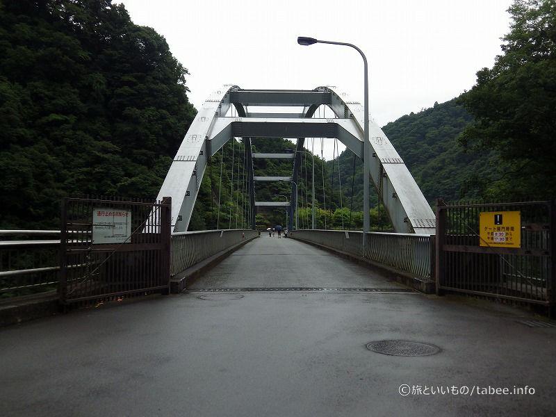 新石小屋橋を渡って石小屋ダムへ向かいます