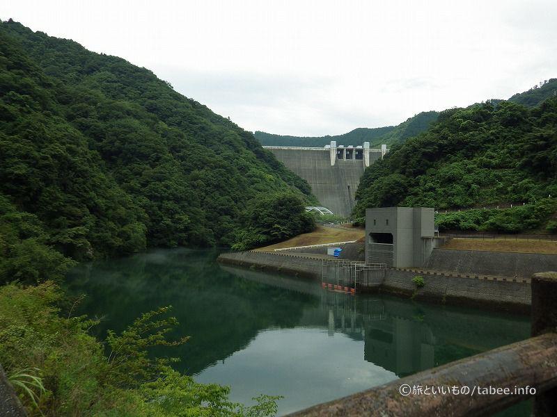 発電所と宮ケ瀬ダムが見えます