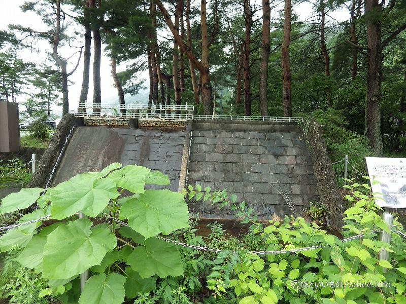 黒黒部ダムの改造前と改造後のミニダム展示