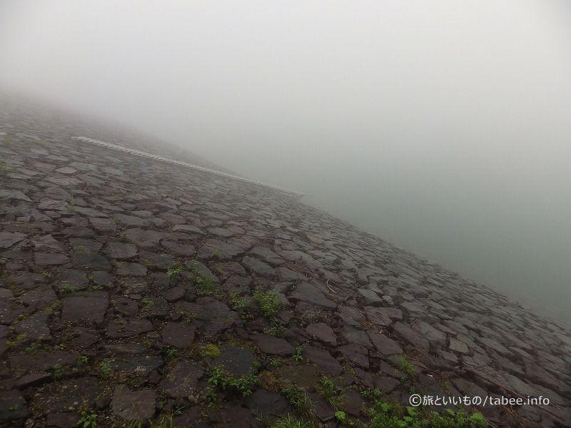 この霧の向こうは湖です