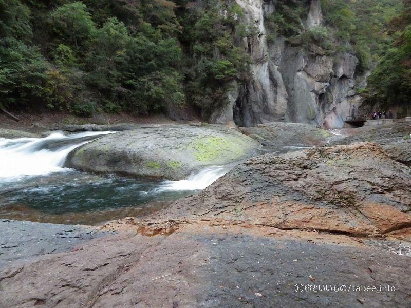 川底は大きな岩