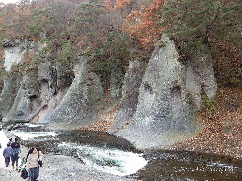 顔のような岩々