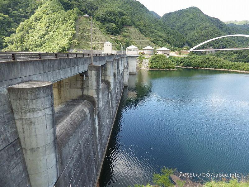 左岸から眺めた塩川ダム上流側