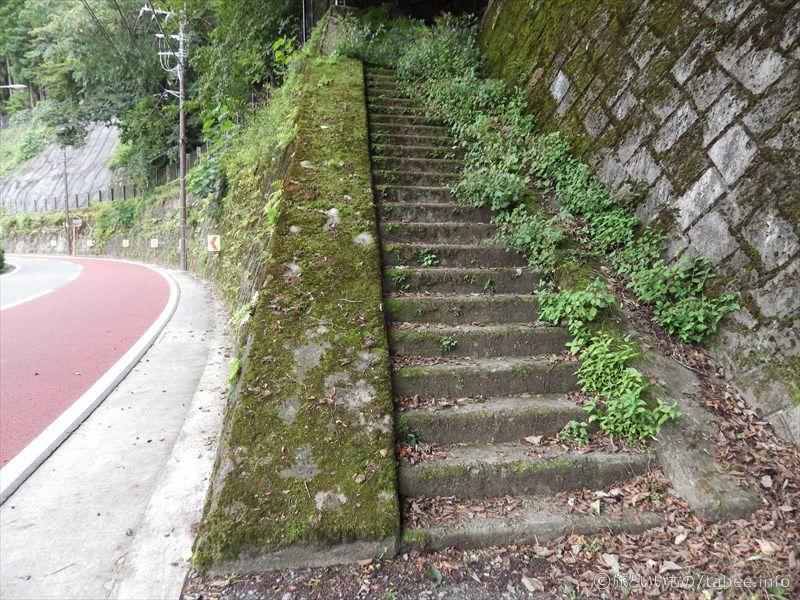 三頭山口駅へ続く階段