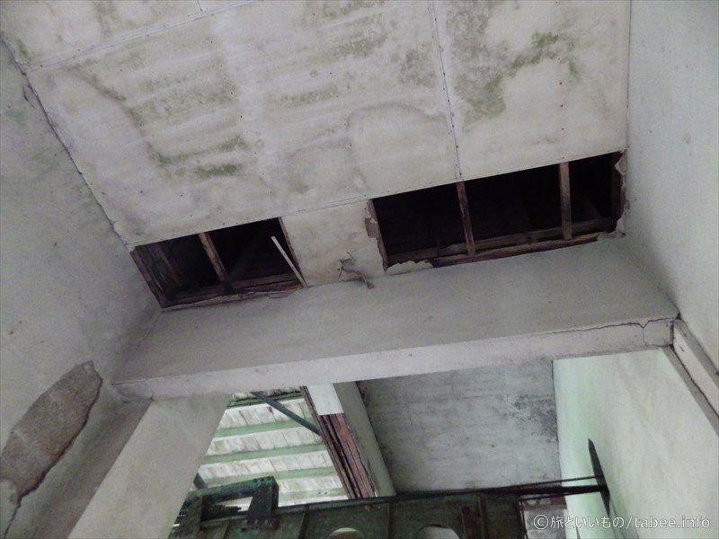 一部が剥がれ落ちた天井