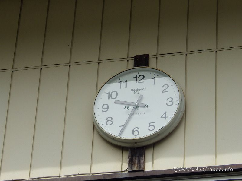 時計が学校っぽさを醸してます