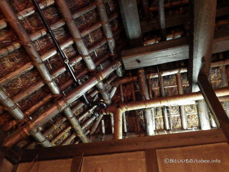 天井に配管