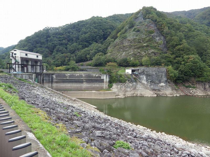 洪水吐とロックフィルとダム湖