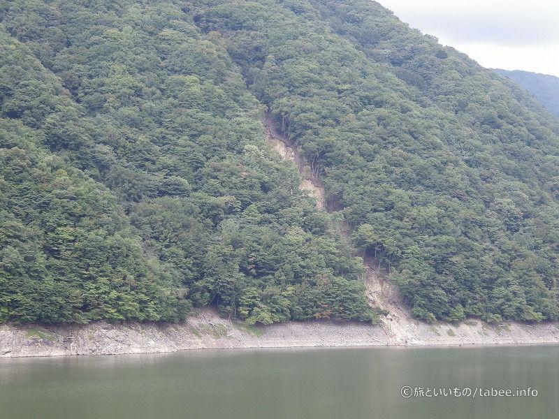 ダム湖側の山