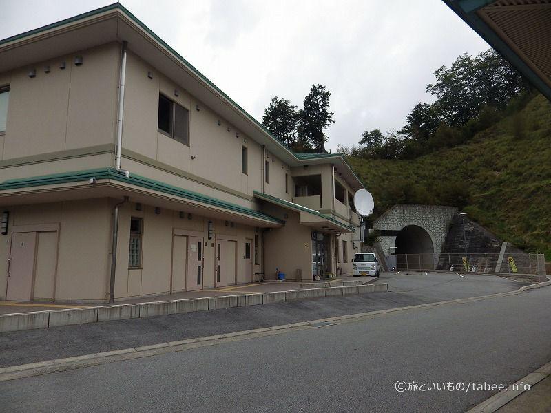管理棟は琴川ダム左岸にあります