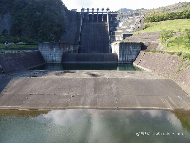 橋から眺めた三保ダムの洪水吐