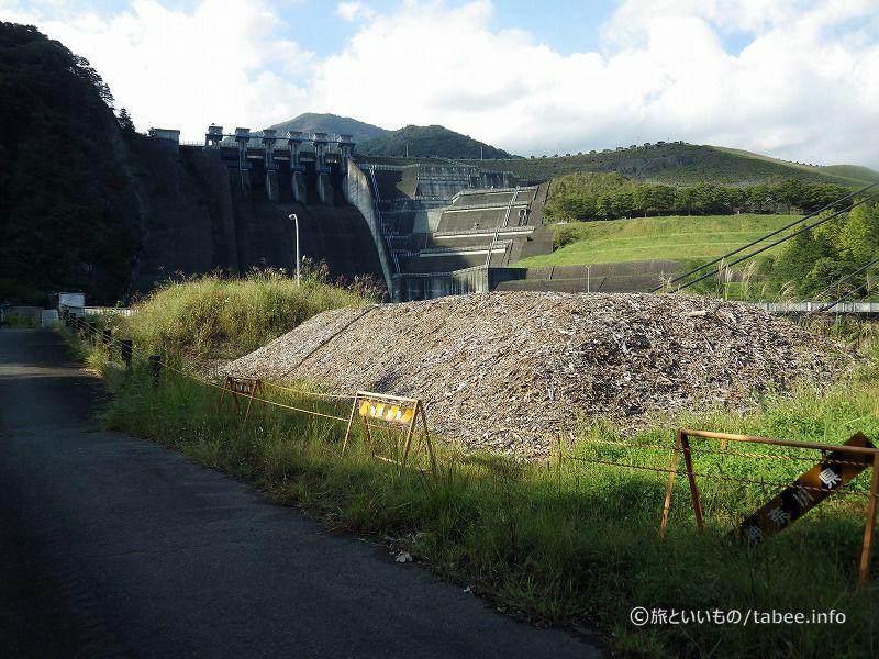 三保ダム洪水吐とロックフィル