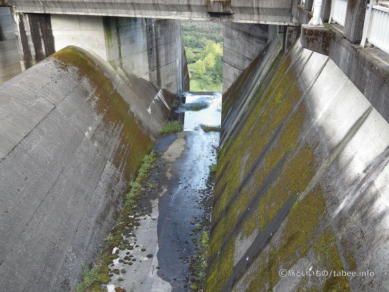 自由越流式の洪水吐