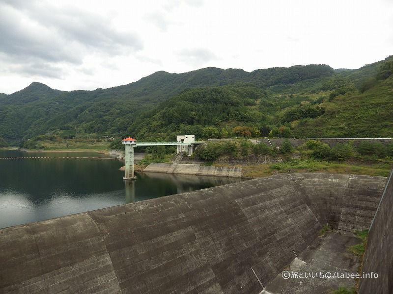 洪水吐からの取水塔