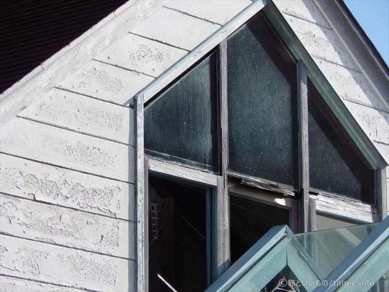 ガラスの無い窓と朽ちかけの窓枠