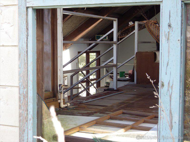 左奥に見える階段