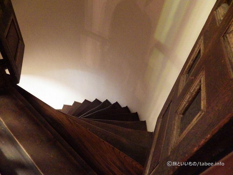 立入禁止の廻り階段