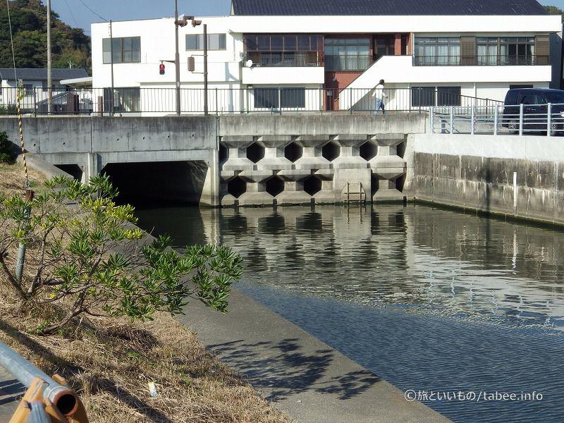 橋を渡って道の駅よつくら港へ