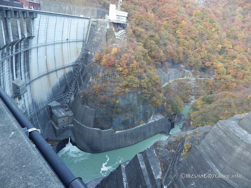 発電所と低水放流管