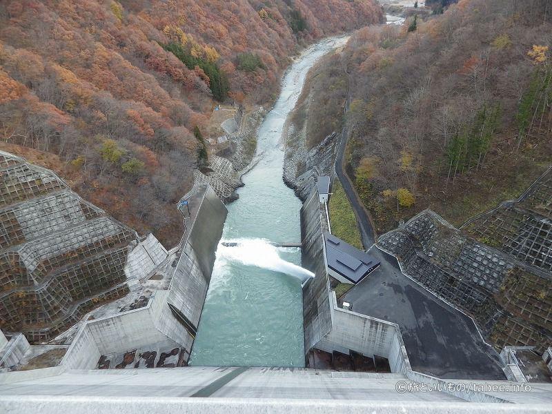 天端中央から利水放流設備の放流を見る
