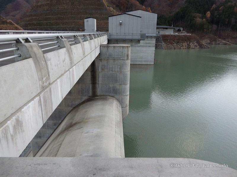 非常用洪水吐は4門自由越流式