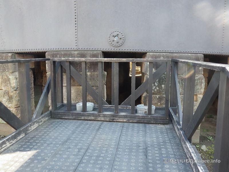 鉄水溜の中が見える穴