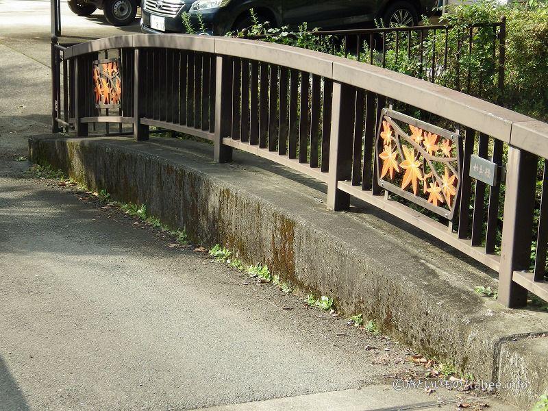 妙義橋の紅葉のレリーフ
