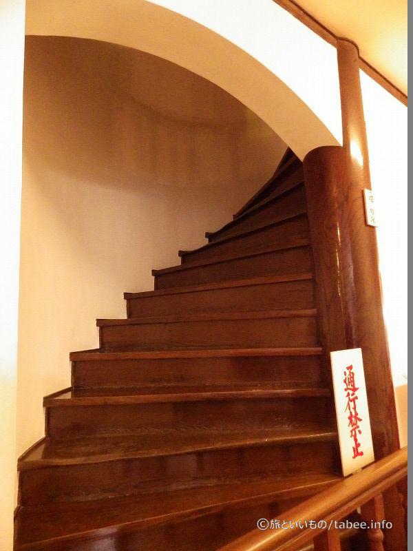 周り階段は通行禁止