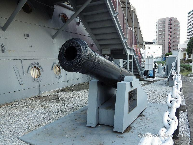 戦艦三笠の周囲には、砲弾や大砲などの展示があります