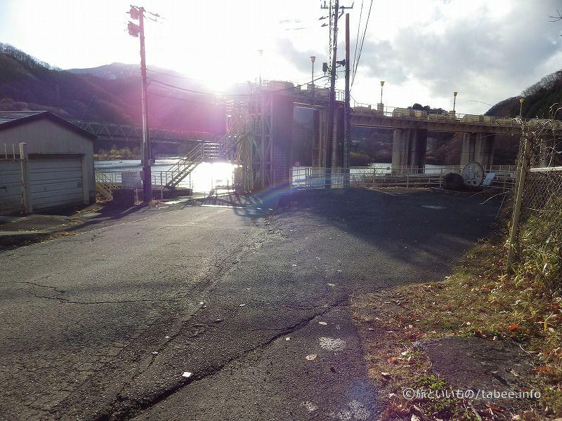 管理所のそばの駐車スペースには改修記念碑