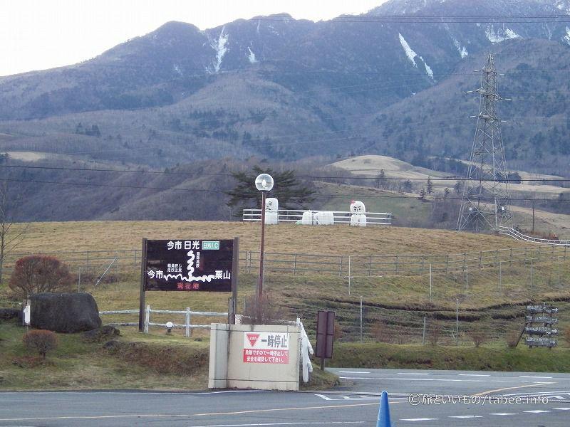 遠くの雪ダルマは牧畜のごはんでしょうか