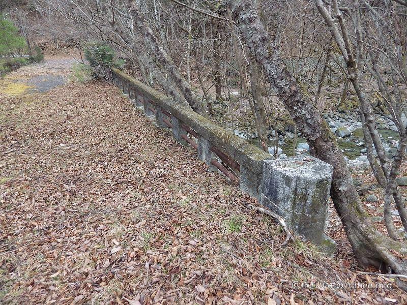 橋柱が埋もれています