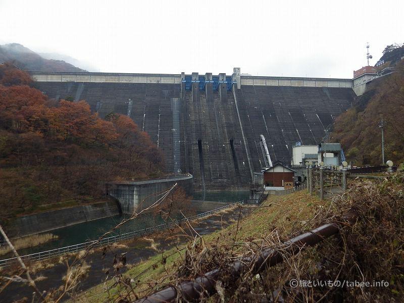 下流からダム堤体を眺める