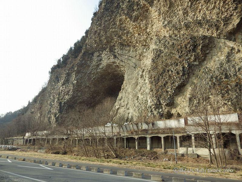 岩鼻の下の洞門