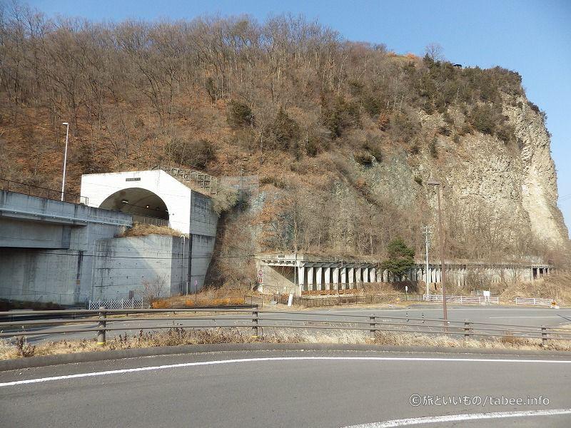 平成19年に開通した岩鼻トンネルと半過洞門。