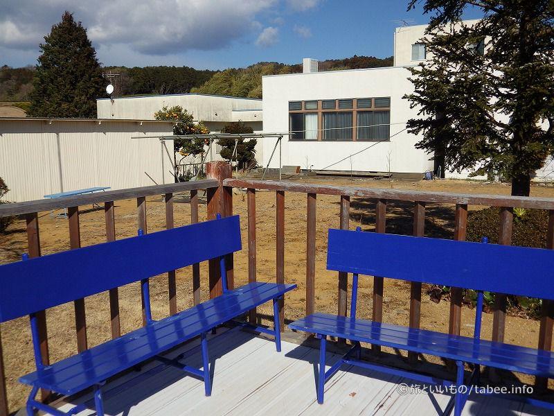展望台の青いベンチ
