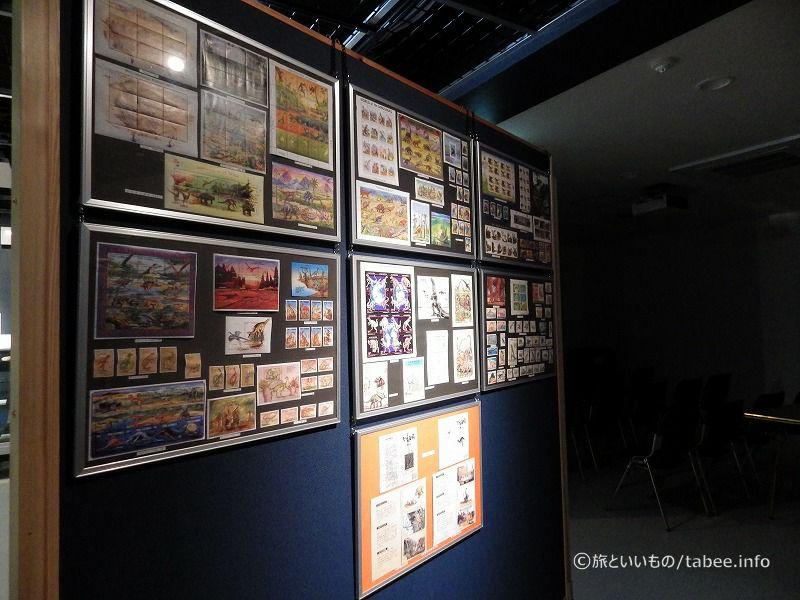 沢山の恐竜の切手の展示