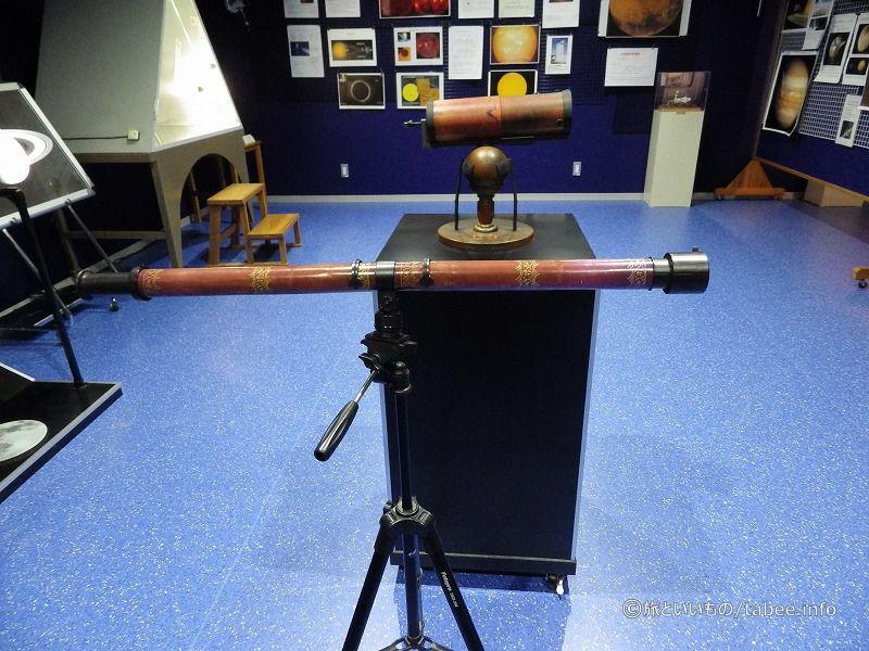 ニュートン式望遠鏡(奥)とガリレオ式望遠鏡(手前)