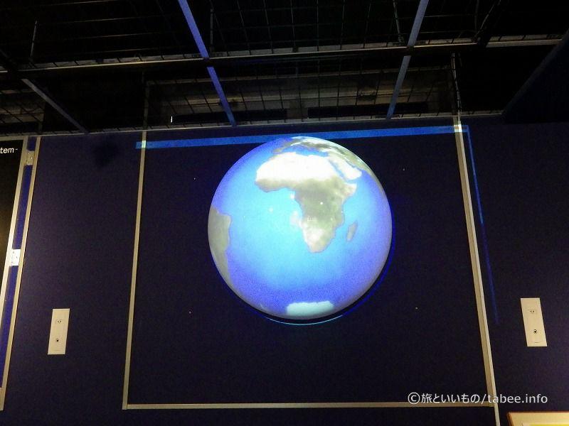 球形のスクリーンに投影された地球