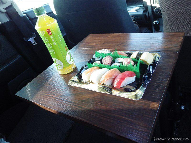 テーブルにのせた寿司とお茶